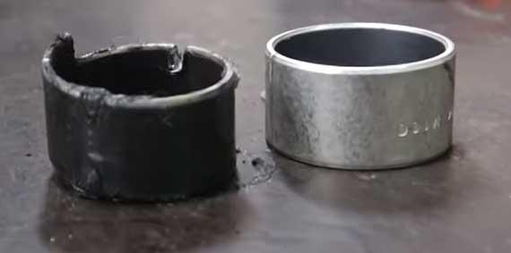 Втулки рулевой рейки: изношенная и изготовленная новая